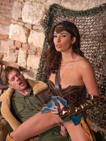 Horny Wonderwoman: Salacious Babe in Costume Fucked Up Her Ass